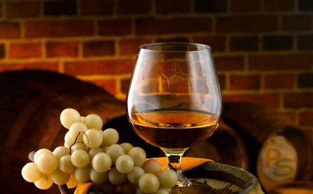 Вкусный коньяк в бокале и виноград