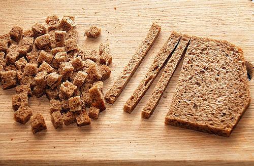 Нарезанный хлеб для приготовления квасного сусла
