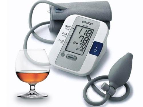 Прибор для измерения давления и бокал с коньяком