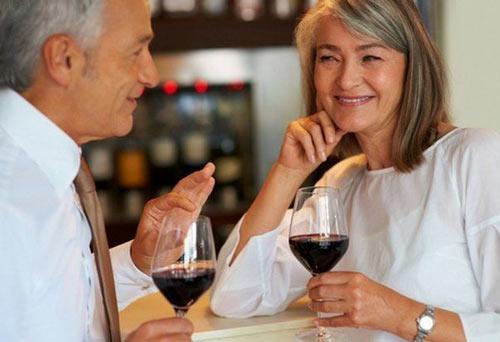 Красное вино в компании