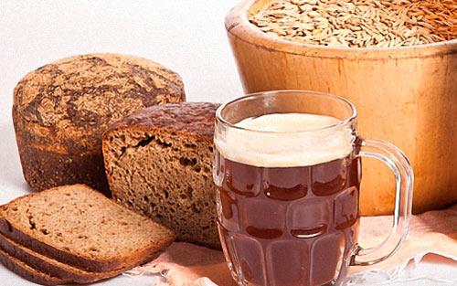 Стакан с квасом, ржаной хлеб и ячмень