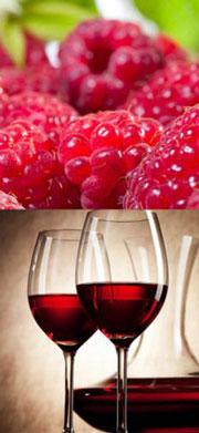 Малина и вино в бокале