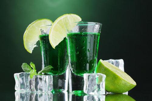 Абсент в стакане со льдом и лимоном