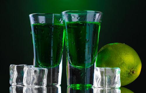 Абсент со льдом в стакане