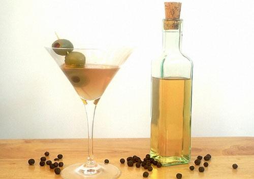 Домашний джин в бокале и бутылка рядом