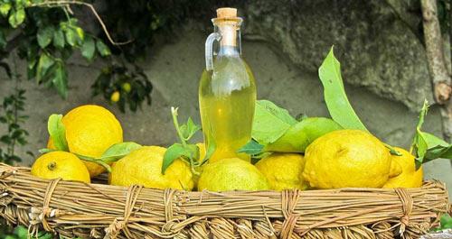 Бутылка с лимончелло среди лимонов