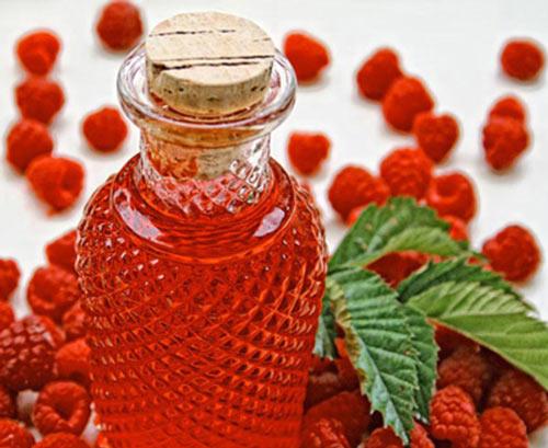 Свежие ягоды малины на столе