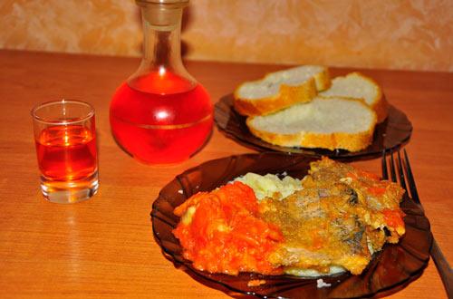 Перцовка в графине и закуска на столе