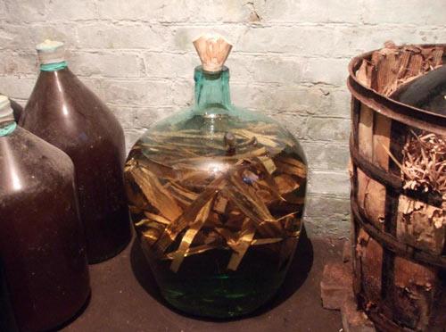 Самогон и дубовая щепа в бутыле
