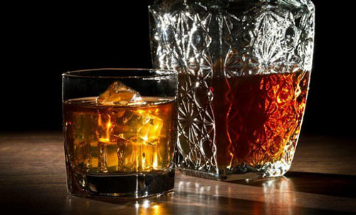 Виски в стакане и графин