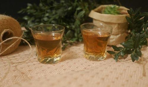 Два стакана с травяным ликером.