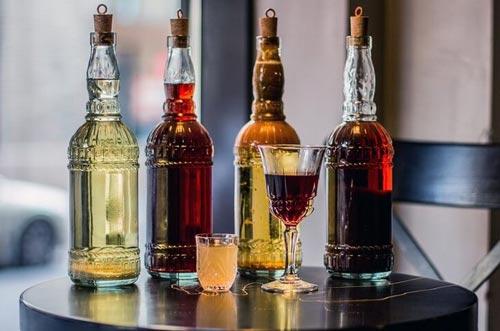 Ром в разных бутылках.