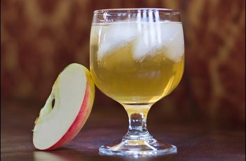 Бокал с кальвадосом и яблоко.