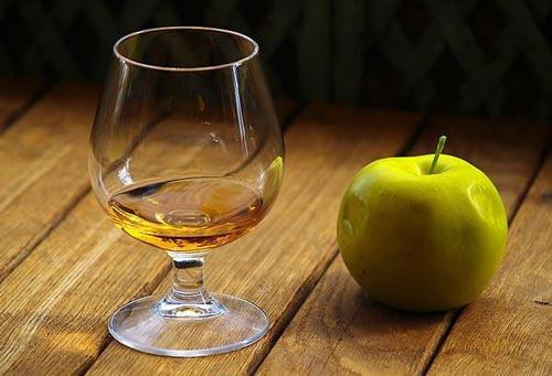 Кальвадос и яблоко.