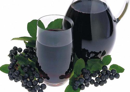 Наливка из черноплодки в бокале и ягода рядом