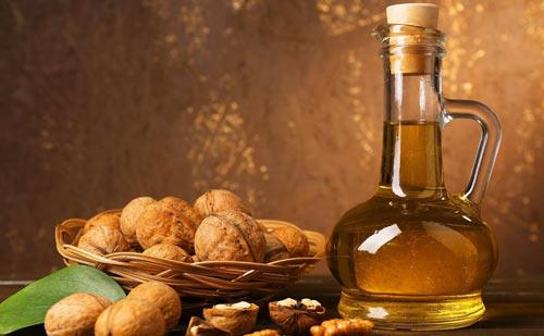 Графин с лечебной настойкой и орехи