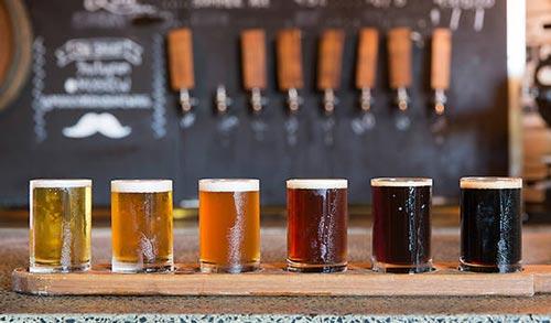 Бокалы с разным пивом на столе