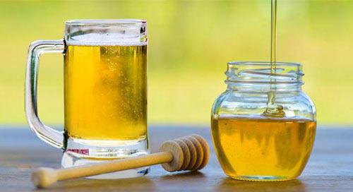 Пиво в стакане и мед в банке