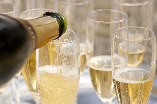 Шампанское в бокалах.