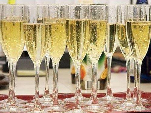 Шампанское в бокалах на столе.