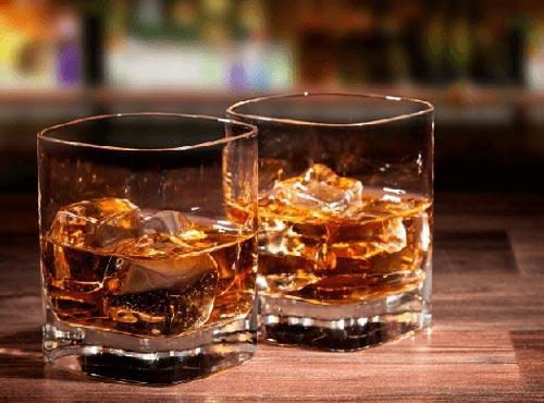Коньяк со льдом в стакане.