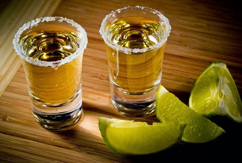Текила в стакане.