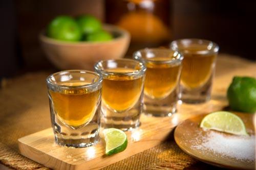 Ряд стаканов с текилой.