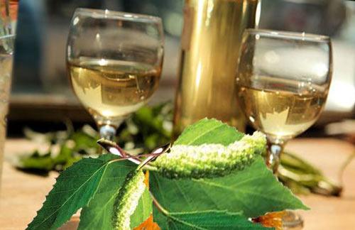 Вино в бокале и листья березы