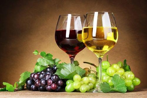 Красное и белое вино в бокалах.