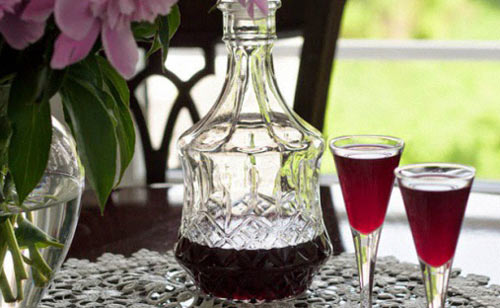 Домашнее вино в графине на столе