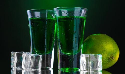 Абсент в стакане.