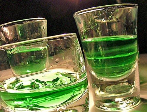 Домашний абсент в стаканах.