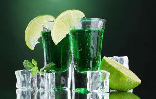 Абсент в стакане с лимоном.