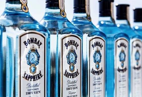 Бутылки с джином Бомбей Сапфир.
