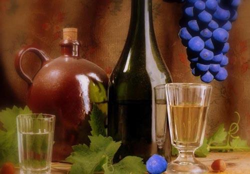 Виноград и чача в рюмке.