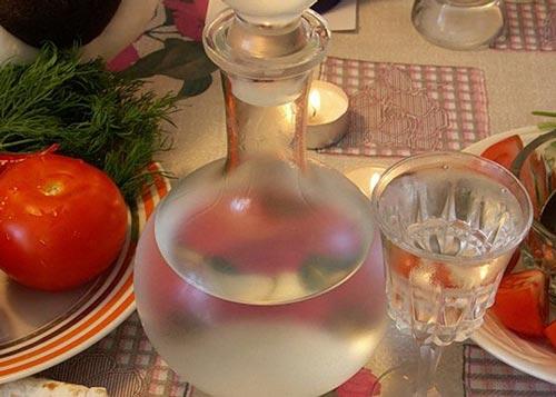 Графин с грузинской чачей на столе.