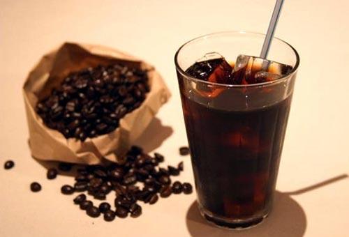 Кофейный ликер в стакане.