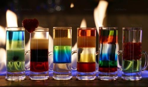 Несколько стаканов с коктейлями.