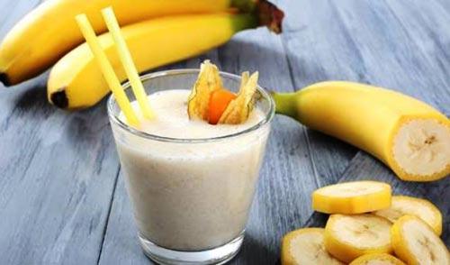 Коктейль для спортсменов в стакане и банан.