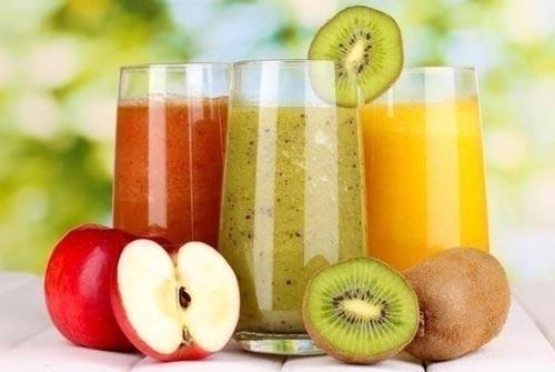 Протеиновый коктейль и фрукты.