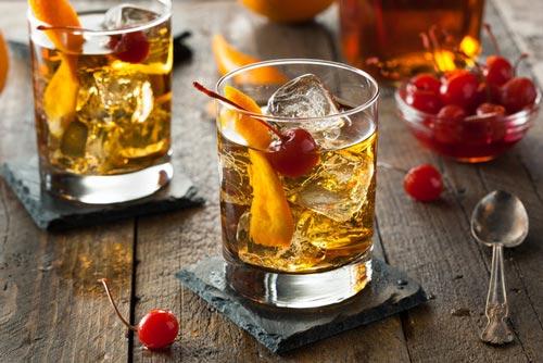Коктейли в стакане с виски.