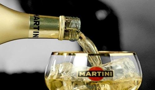 Наливаем мартини в бокал.