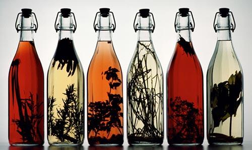 Настойки в стеклянных бутылках.