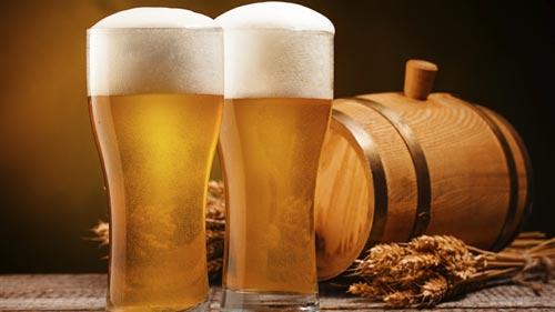 Пиво в стакане и бочка рядом.