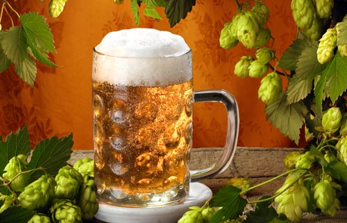 Кружка пива на столе.