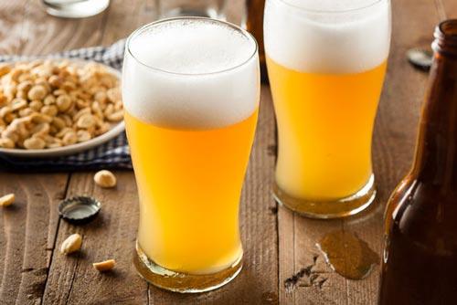 Пиво в бокалах.