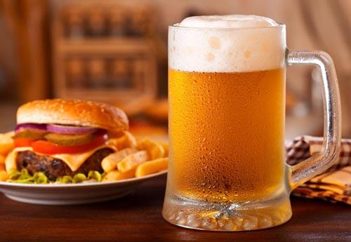 Пиво в бокале и закуска.