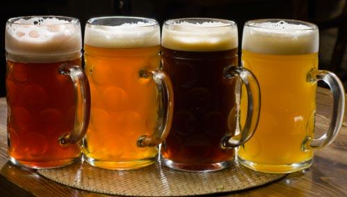 Пиво в кружках.