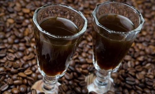 Самогон в рюмке и зерна кофе.