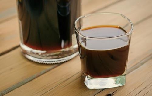 Самогон настоянный на кофе в стакане.